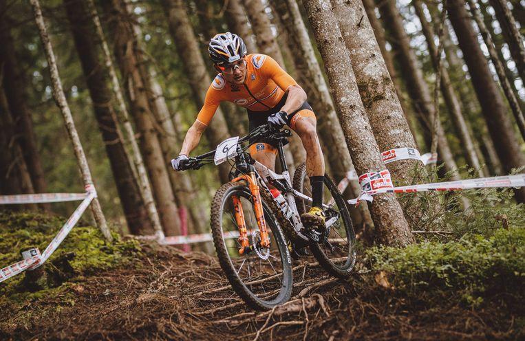 Na de start gaat mountainbiker Milan Vader even aan de leiding. Beeld BSR Agency
