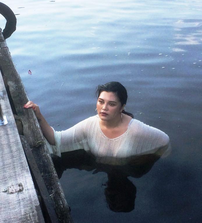De Taiwanese toeriste in het Gieterse water, tevergeefs op zoek naar haar mobieltje