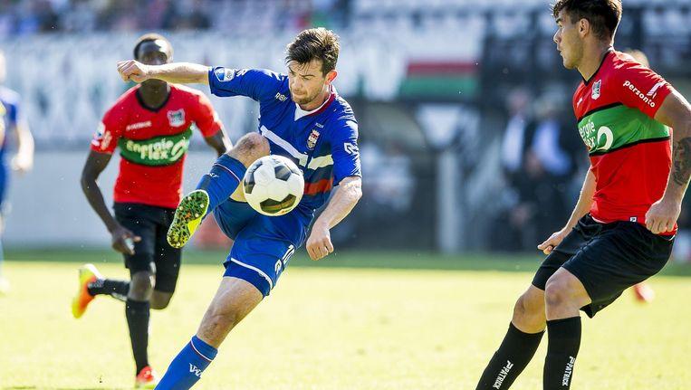 Willem II-speler Erik Falkenburg waagt een doelpoging tijdens het duel tegen NEC. Beeld anp