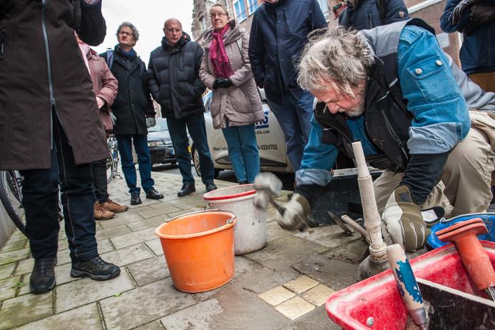 De Duitse kunstenaar Gunter Demnig plaatste vorig jaar op verschillende trottoirs in Gouda herdenkingsmonumentjes die oorspronkelijk Stolpersteine heten.