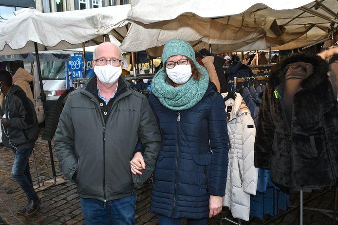 Marktkramers Dirk Vandamme en Heidi D'Huyvetter zijn dolblij dat ze opnieuw de hort op mogen met hun textielkraam.
