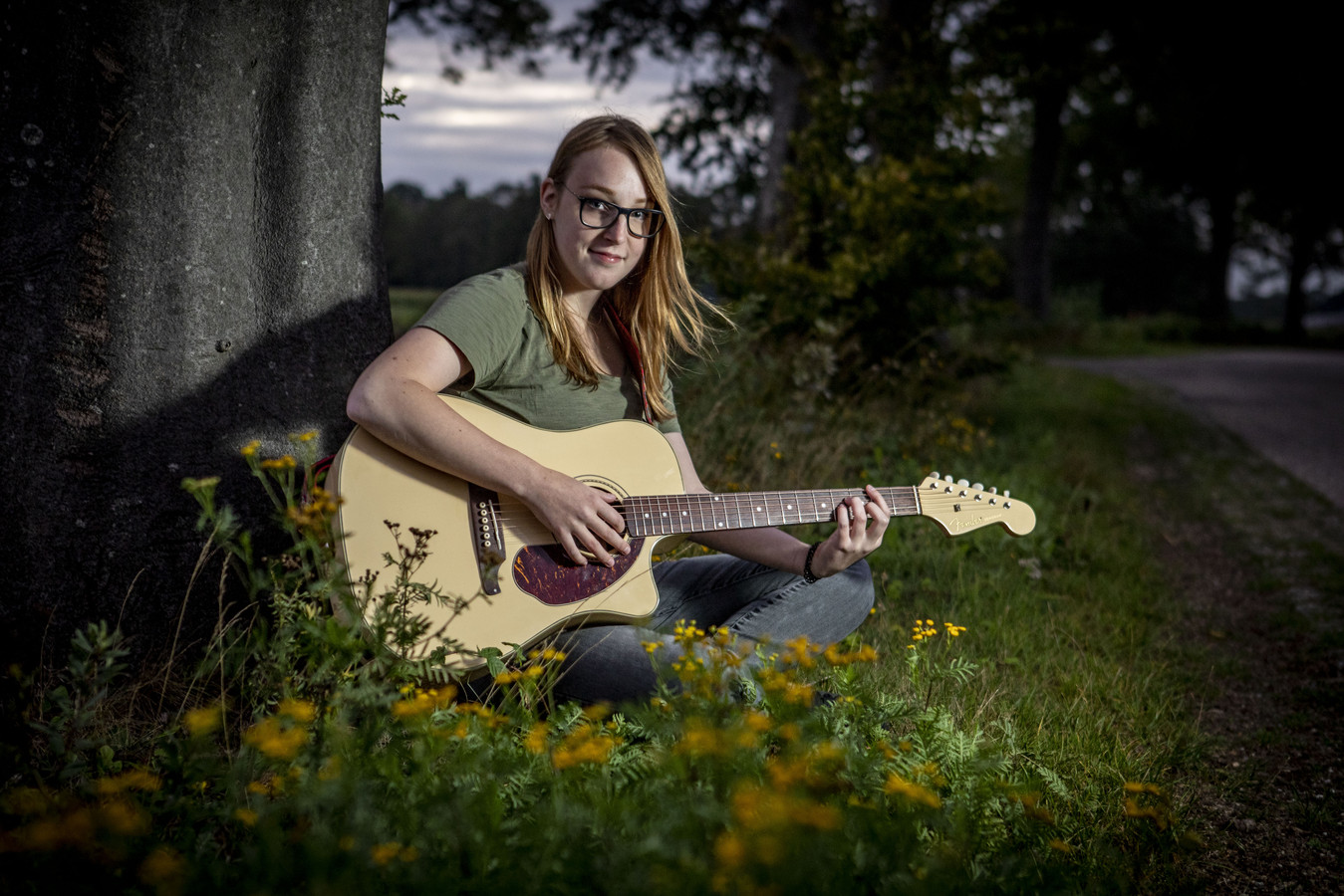 Singersongwriter Miranda Rooks met haar gitaar.