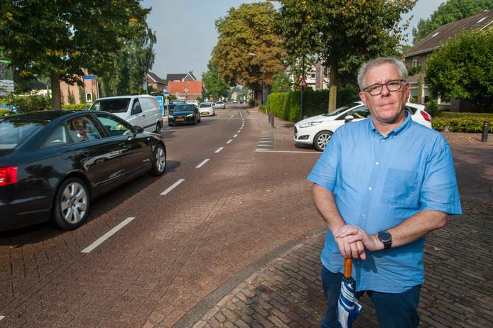 Berlicum. VVD-voorman Bart van de Hulsbeek bij de Hoogstraat in Berlicum ter hoogte van de T-splitsing met de Apollostraat (rechts).