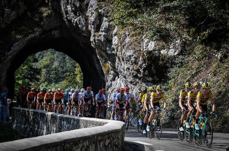 Team Jumbo-Visma leidt het peleton tijdens de zestiende etappe van de Tour de France. Teamlid Roglic staat aan de leiding in het algemeen klassement. Beeld BELGA