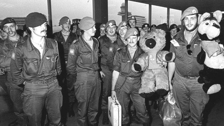 Nederlandse militairen staan in 1979 klaar voor vertrek naar Beiroet. Beeld anp