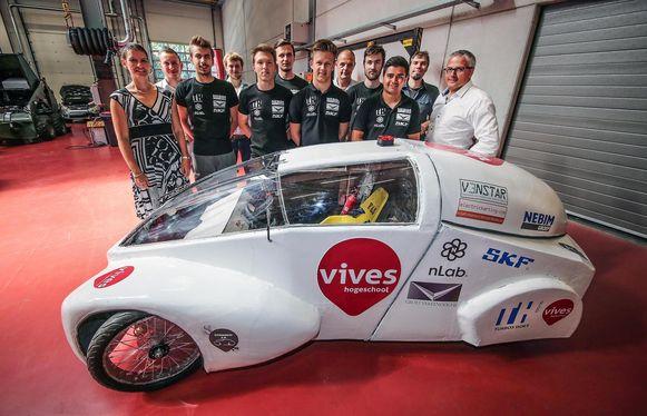 Het Eco-team van Hogeschool VIVES campus Kortrijk met de zeven laatstejaarsstudenten