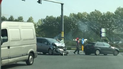 Bestuurder botst met hard met voorligger aan verkeerslichten