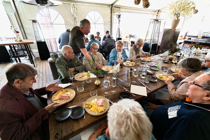 Temidden van de aspergevelden genoten de gasten gisteren van een luxe lunch.
