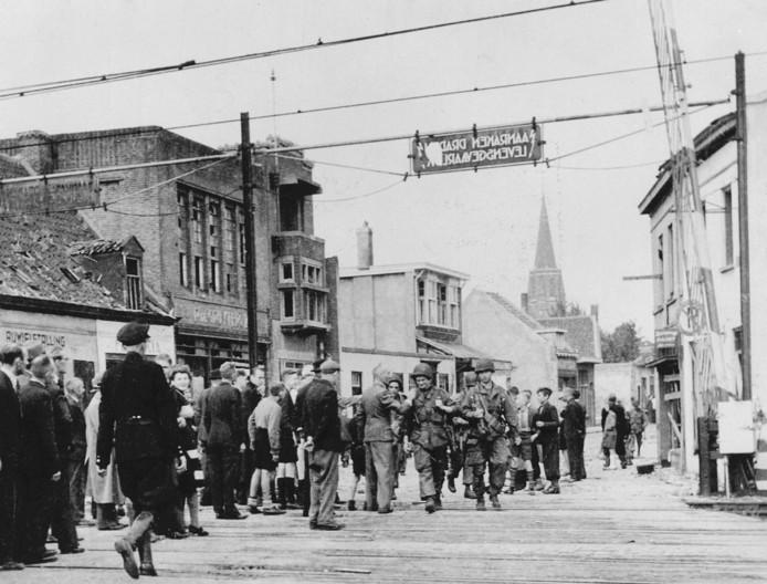 Soldaten van de 101st Airborne Division. De para's, die deelnamen aan de Operatie Market Garden, zijn geland even ten noorden van Eindhoven. Ze komen lopend via de Woenselse overweg in zuidelijke richting naar het centrum van de stad.