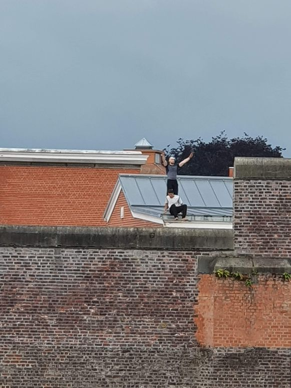 De gedetineerden op het dak.