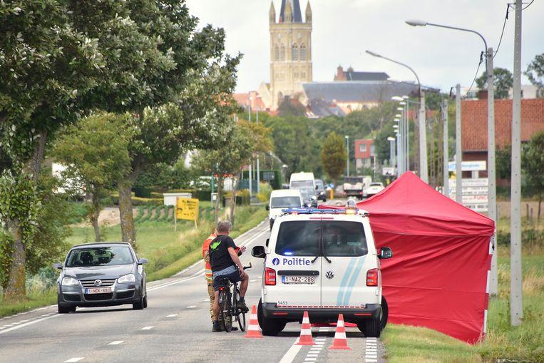 Eén van de slachtoffers werd aangetroffen naast de weg, langs de Ieperstraat in Hooglede, op zowat een kilometer van de plaats van de feiten.