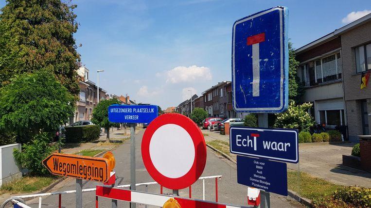 """Op het bord onderaan rechts staat: """"Echt waar, ook voor BMW, Audi, Mercedes, domme blondjes en pizzakoeriers."""""""