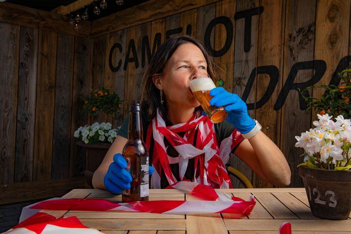 Portret Phaedra Werkhoven met bier op een terras. Foto Rob Voss - www.robvoss.nl