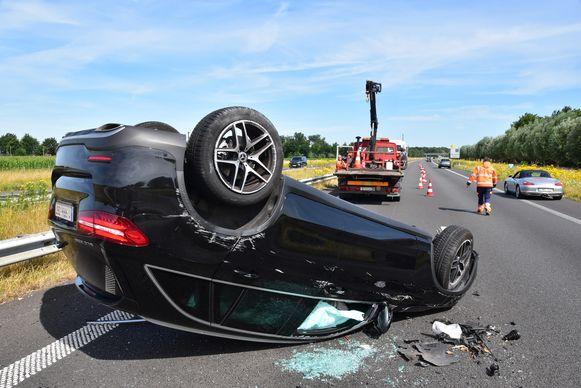De Mercedes GLC 250 van Davy De fauw ging over de kop, na de botsing tegen het autotransport.