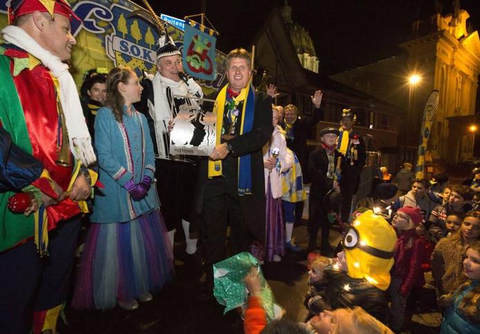 Prins en jeugdprinses van Puitenol bieden het eerste exemplaar aan van een raamschild dat ter ere van het 66-jarig jubileum is gemaakt. Archieffoto Joyce van Belkom/Pix4Profs