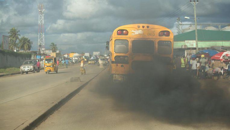 Uitlaatgassen van een dieselbus in Monrovia (Liberia). Gemiddeld overschrijdt de in Afrika verkochte diesel tweehonderd keer de Europese norm. Beeld epa