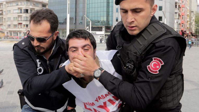 De Turkse politie arresteert een manifestant die op weg was naar het Taksimplein.