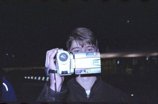 Victor Ploeger met de ouderwetse camcorder, waarmee hij de skatevideo in Arnhem opnam.