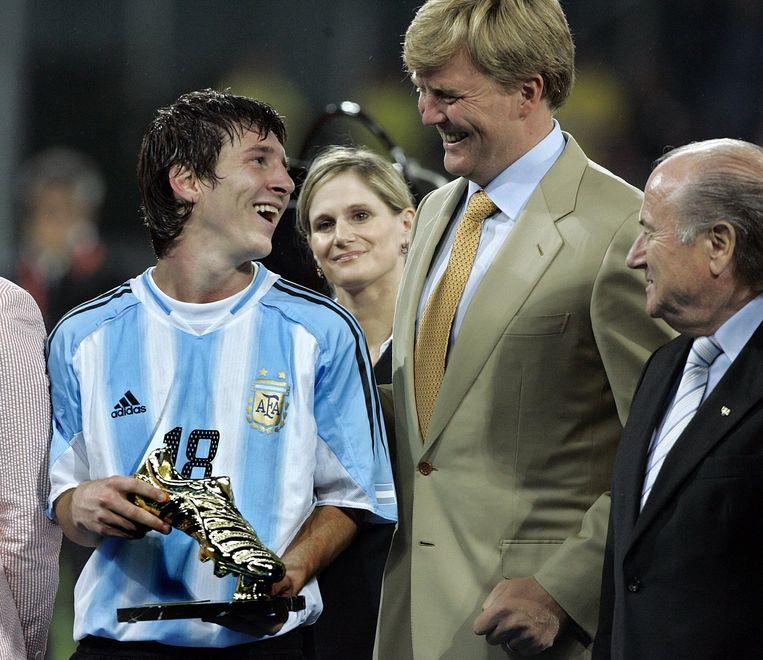 (02-07-2005) De toen nog prins Willem-Alexander viert het Argentijnse kampioenschap (onder 20) met sterspeler Lionel Messi. Beeld anp