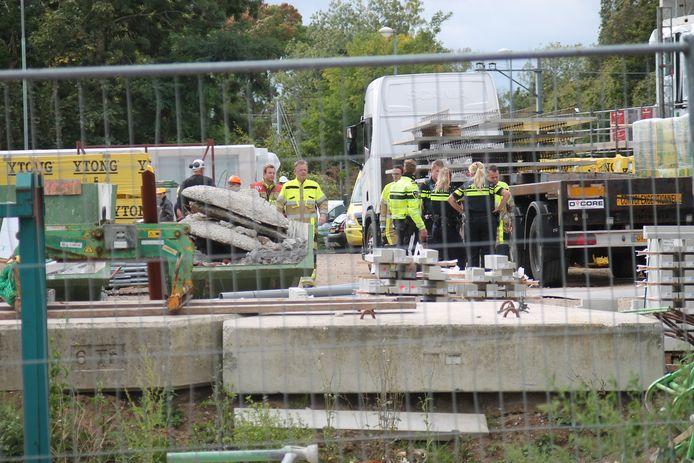 Een persoon is van een steiger gevallen op de bouwplaats aan de Lingedijk in Tiel.