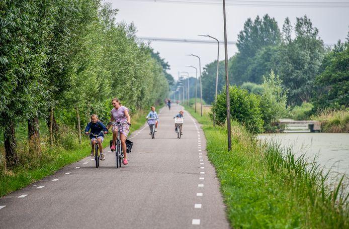 Fietsen is populair in het Groene Hart, zoals hier in de buurt van Stolwijk in de Krimpenerwaard.