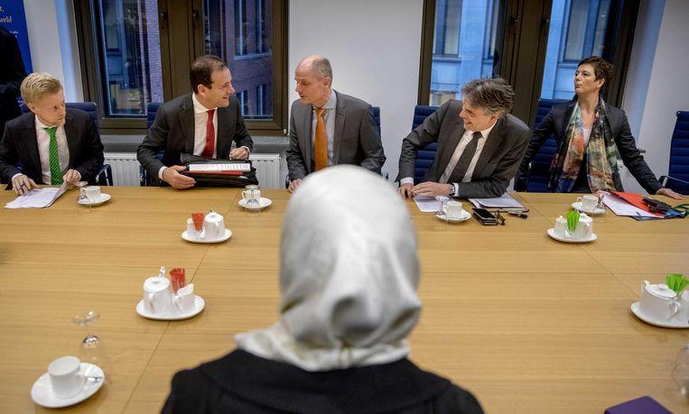 Ministers Asscher en Blok samen met de NCTV op bezoek bij moslimorganisaties. Beeld anp