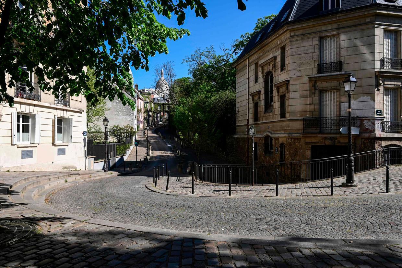 Geen ziel te bekennen in de normaal zeer toeristische wijk Montmartre, Parijs. Beeld AFP