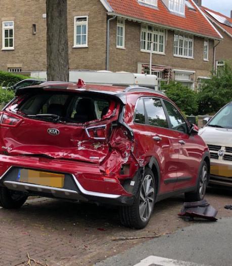 Oplegger op drift zorgt voor ravage in Arnhem, tienduizenden euro's schade