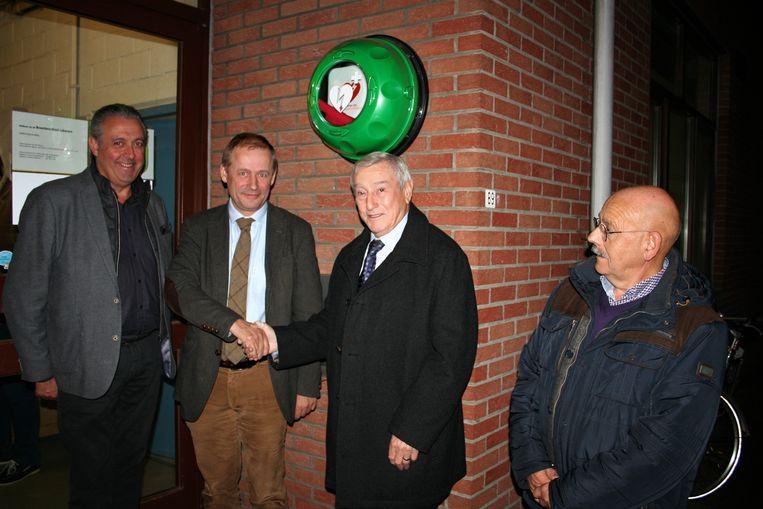 Namens Rotary schonk Filip Van der Cruysse het toestel aan de gemeenschap van Daknam.