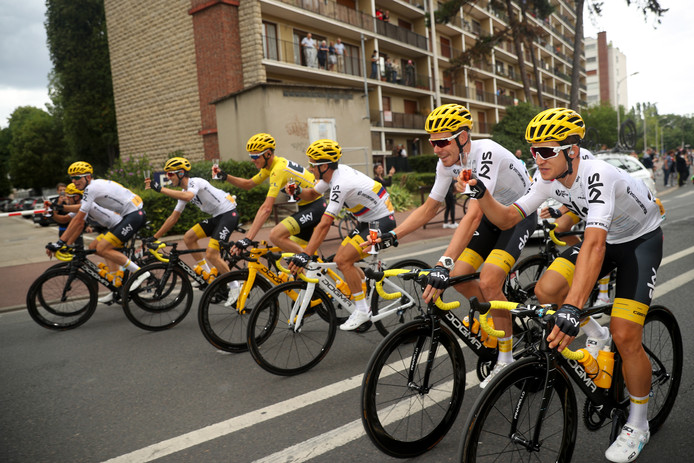 Team Sky met Tourwinnaar Chris Froome aan de champagne in de slotrit van de Tour.