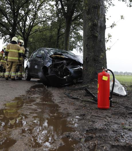 Bestuurder gewond bij eenzijdig ongeluk op Klotweg in Landhorst