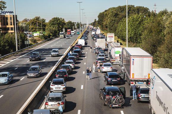 Archiefbeeld : Ongeval E40 in Drongen zorgt voor zware verkeershinder richting kust.