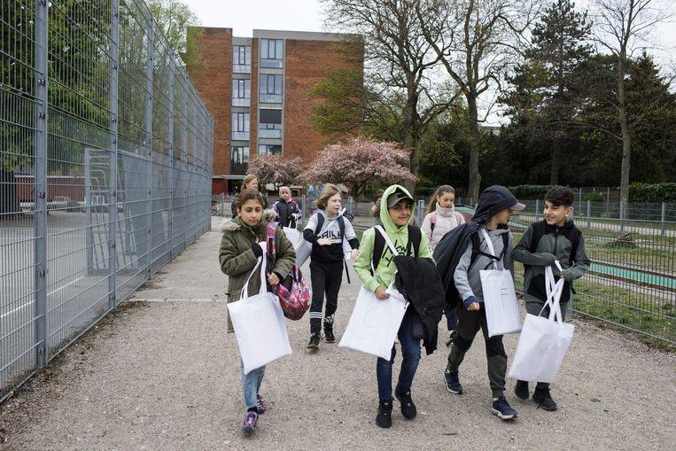 De scholen in Denemarken zijn inmiddels weer open, tenminste voor de jongste leerlingen. Beeld AFP