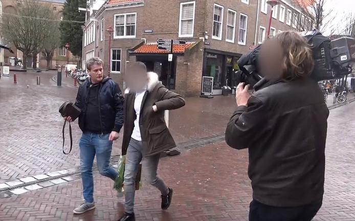 Televisiemaker Alberto Stegeman (links) ondervraagt Marijn G. in de Lange Delft in Middelburg.