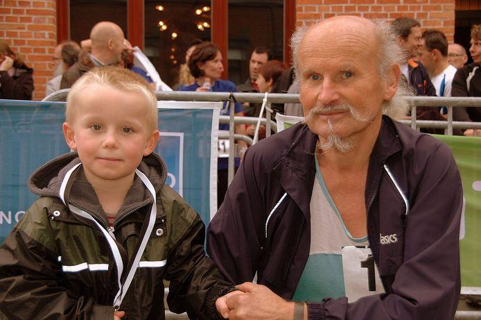 Een archieffoto tijdens Dwars door Geluwe in 2016, de oudste en jongste Geluwnaar: Roger Clicque en zijn kleinzoon Aaron.