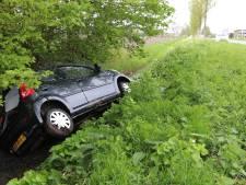 Auto bij Urk in de sloot; twee licht gewonden
