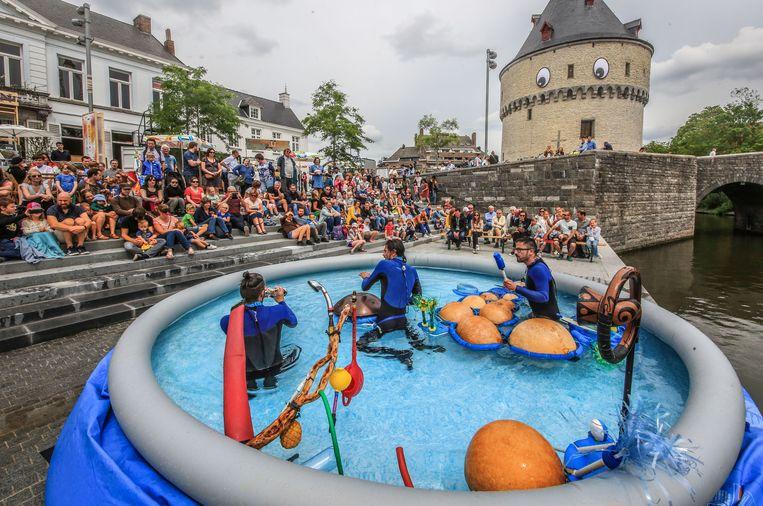 Cie Aquacoustique is gespecialiseerd in het verkennen van de akoestische mogelijkheden van water. Drie figuren duiken met snorkel, duikbril en zwemvliezen het water in voor een opmerkelijk concert.