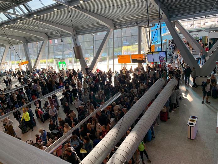 Lange rijen op Eindhoven Airport