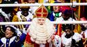 Sinterklaas - gespeeld door acteur Stefan de Walle - arriveert met zijn pieten in het centrum van Dokkum.