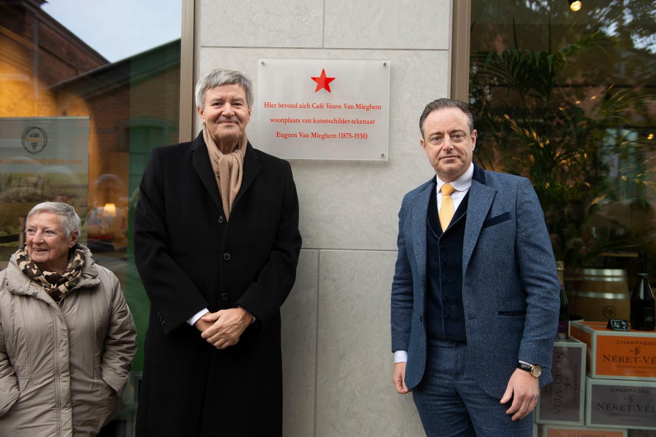 Op het Antwerpse Eilandje heeft burgemeester Bart De Wever (rechts) zaterdag een gedenkplaat onthuld voor kunstenaar Eugeen Van Mieghem (1875-1930). Links: Erwin Joos, curator van het Eugeen Van Mieghemmuseum.