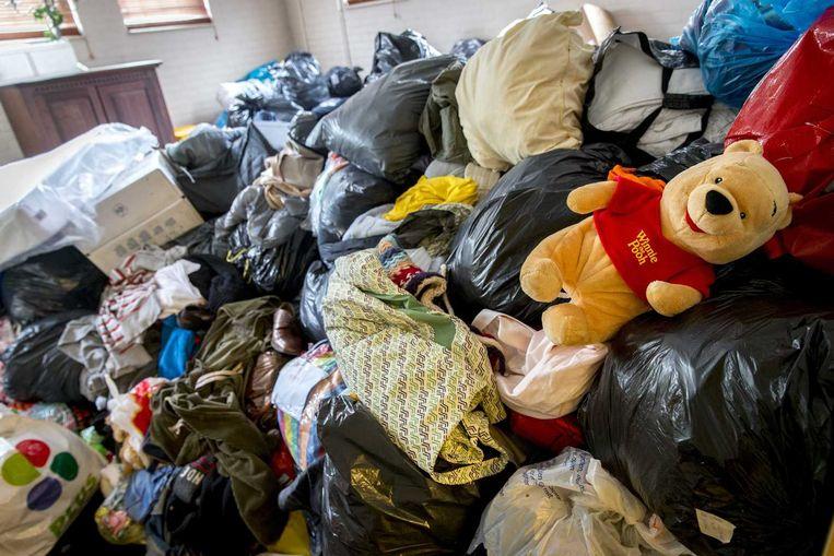 Bij de noodopvang voor vluchtelingenvan het COA in de Americahal in Apeldoorn liggen ruimtes inmiddels vol met kleding, toiletartikelen, ondergoed en speelgoed. De spullen zijn de afgelopen dagen gedoneerd. Beeld anp