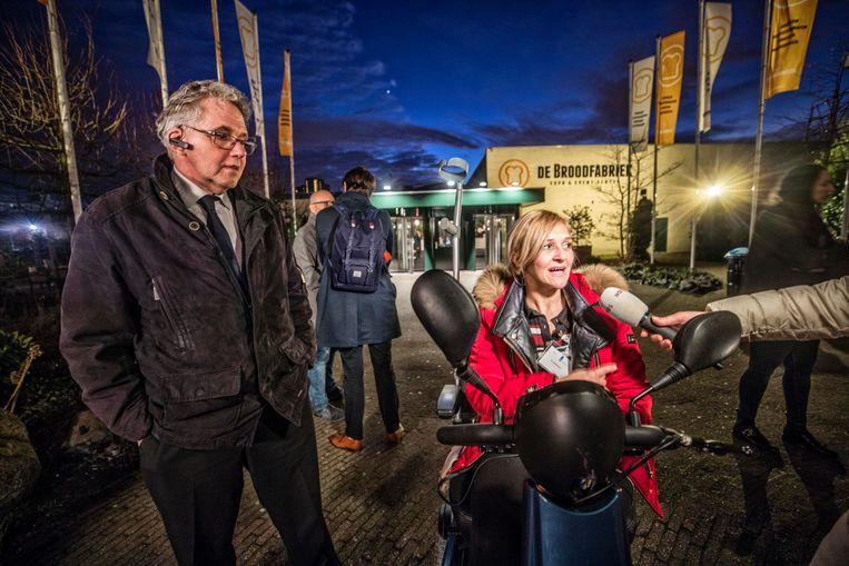 Een gedupeerde vrouw komt naar buiten na een gesprek met premier Mark Rutte. Beeld Raymond rutting