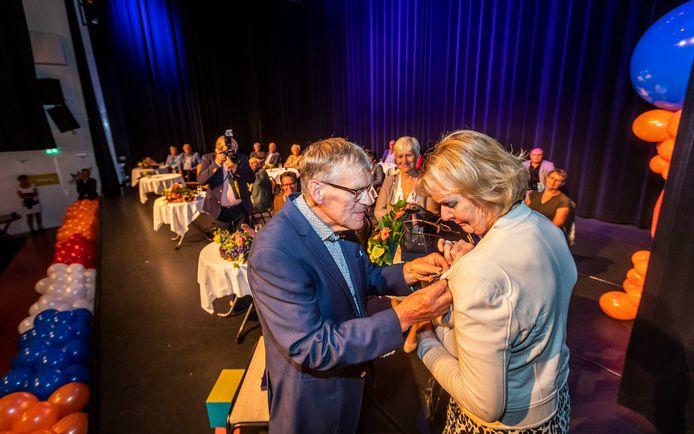 Tiny Steenbakkers uit Lierop krijgt haar lintje van echtgenoot Wim.