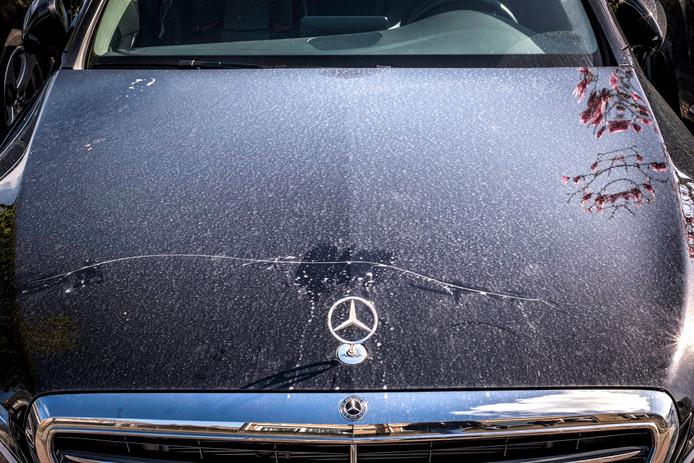 De bekraste Mercedes heeft een nieuwwaarde van 217.000 euro.