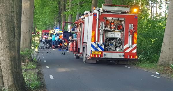 Automobilist gewond na botsing tegen boom in Diepenveen: traumahelikopter opgeroepen.