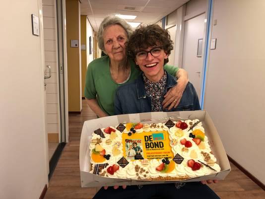 Teun Toebes werd vrijdag op zijn werk verrast met een grote taart door een delegatie van NU'91, de vakbond voor verplegend personeel.