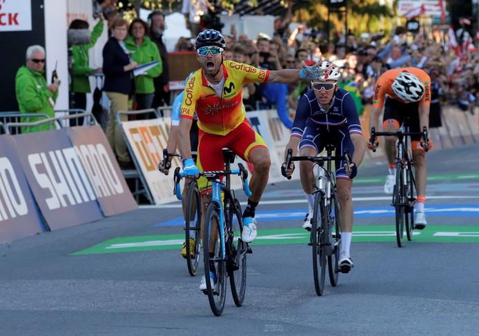 Alejandro Valverde juicht. Romain Bardet wordt tweede, voor Michael Woods. Nummer vier Tom Dumoulin buigt het hoofd.