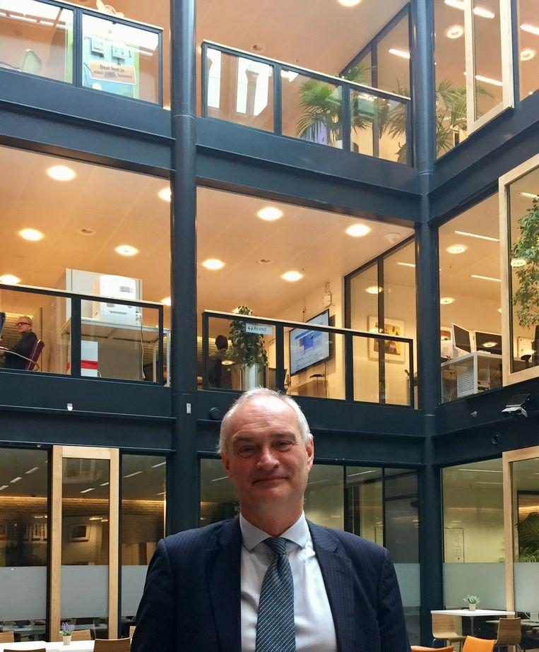 Erik den Hoedt in het atrium Beeld Michel Maas