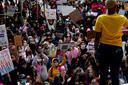Des milliers d'opposantes à Donald Trump étaient attendues samedi aux États-Unis pour manifester contre la nomination à la Cour suprême d'une juge conservatrice et contre la réélection du milliardaire.