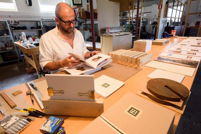 Kunstenaar Mark van den Heuvel in zijn atelier.